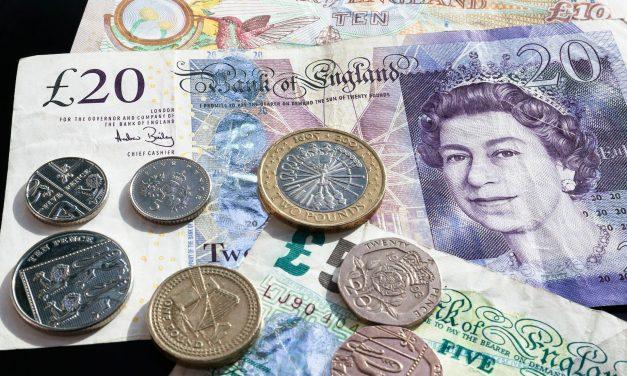 L'euro bien orienté après les législatives, le dollar attend la FED, la livre sous pression